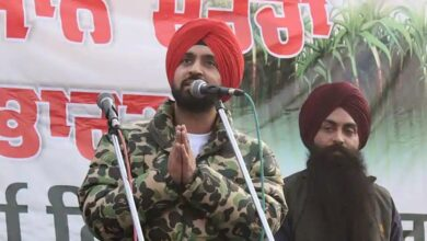 Diljit Singh Dosanjh addresses protesting farmers at Singhu border